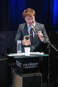 FOTO 07 - EMILIANO RUSCHEL recebendo o prêmio de melhor ator no Los Angeles Brazilian Film Festival - Foto de Marcos Daniel Fe