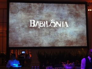 BABILÔNIA - Painel com o logo da novela